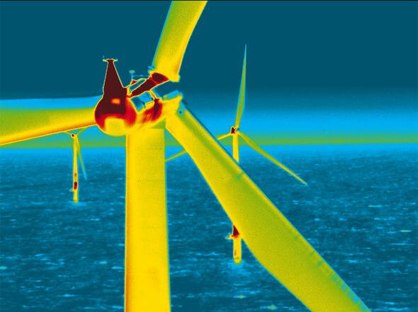 Thermogramm einer Windkraftanlage auf hoher See (Bild: Scandat GmbH/BAM)