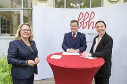 Svenja Schulze, Prof. Christian Held und Prof. Dr. Ines Zenke  (Bild: BBH)