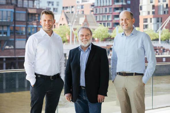 Roland Hipp, geschäftsführender Vorstand bei Greenpeace e.V. (Mitte), zusammen mit Greenpeace-Energy-Vorständen Nils Müller (links) und Sönke Tangermann (Bild: Enver Hirsch / Greenpeace Energy eG)