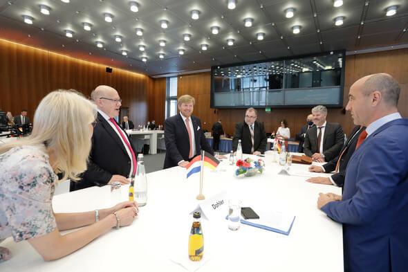 Stefan Dohler (rechts) im Gespräch mit König Willem-Alexander, Bundeswirtschaftsminister Peter Altmaier und weiteren Symposiums-Teilnehmern (Bild: DIHK / Jens Schicke (via EWE))