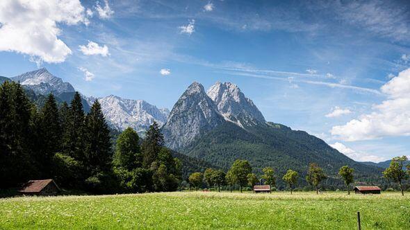 Hier könnte ein Windrad stehen. In schönen Landschaften, wie hier im Alpenvorland, ist der Widerstand gegen Windräder meist besonders präsent (Bild: Markus Breig / KIT)