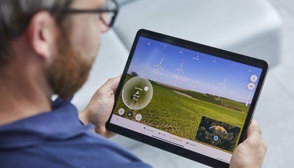 Mit der Augmented Reality-App REVisAR® Windenergieanlagen planen (Bild: Fotograf Bernd Eidenmüller, Copyright EnBW)
