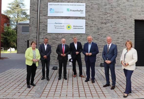 (v.l.) Johanne Modder (Mdl), Johann Saathoff (MdB), Hochschulpräsident Prof. Dr. Gerhard Kreutz, Ulf Thiele (MdL), Minister Björn Thümler, Prof. Dr. Jann Strybny, Hillgriet Eilers (MdL) (Bild: Fraunhofer IWES)