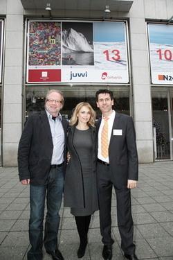 Die Schauspielerin Tina Ruland und juwi-Vorstand Matthias Willenbacher (rechts) haben für das 8. Fenster des BMW Kunstadventskalenders in Berlin die Patenschaft übernommen – und heute das sich dahinter verbergende Kunstwerk EisZEIT des Fotografen Friedema