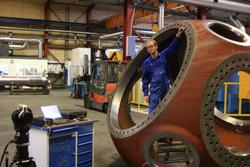 Bei der Vermessung der 12 Tonnen schweren Nabe werden verschiedene Messwerte kontrolliert.